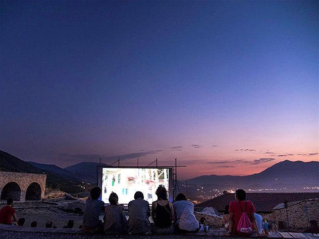 Durante el Dokufest se instalan cines al aire libre por toda Prizren, Kosovo © Cortesía de Mrinë Godanca / Dokufest