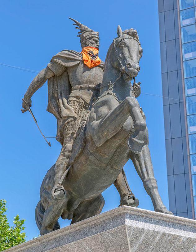 La estatua del héroe nacional albanés Skanderbeg en el centro de Pristina, Kosovo © OPIS Zagreb / Shutterstock