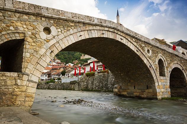 El puente de piedra en el corazón del casco antiguo de Prizren, Kosovo © Brilliant Eye / Shutterstock