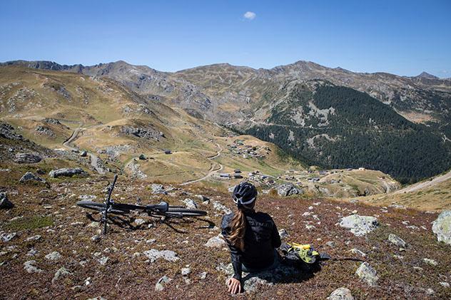 Bicicleta de montaña en Prokletije, Kosovo © andreas ehrensberger / Shutterstock