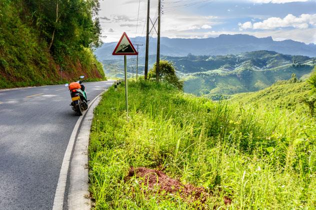 Un solitario motorista salvó de un inminente desastre en Laos © No Thongthimahaxay / Shutterstock