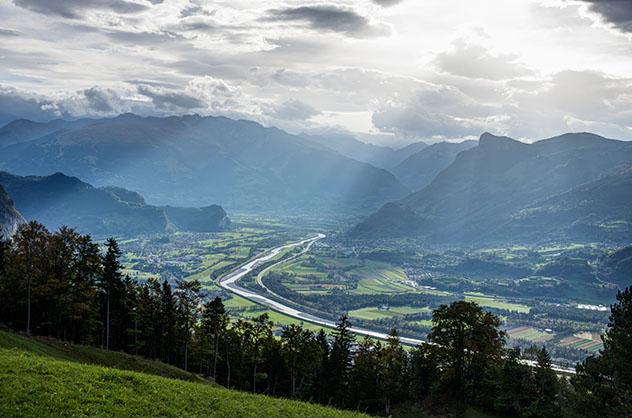 La ruta ciclista Three Country Tour atraviesa el precioso valle del Rin, Liechtenstein © Matteo Lovato / 500px