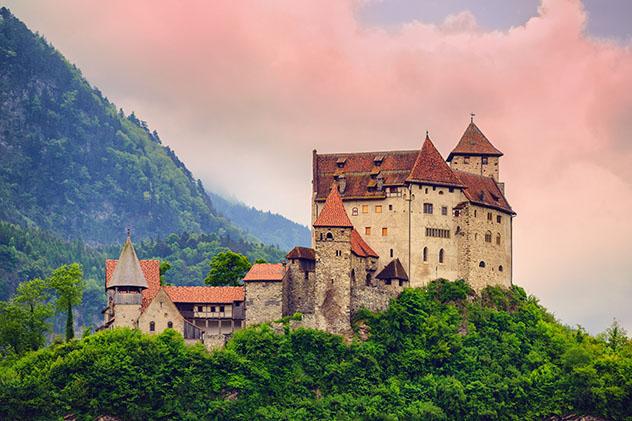 El castillo Gutenberg, en Balzers, forma parte de la histórica ruta ciclista Tour de los Cinco Castillos, Liechtenstein © Gaak / Shutterstock