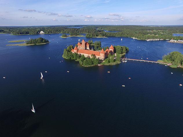 Vista aérea del castillo-isla de Trakai, Lituania © Audrius Merfeldas / Shutterstock