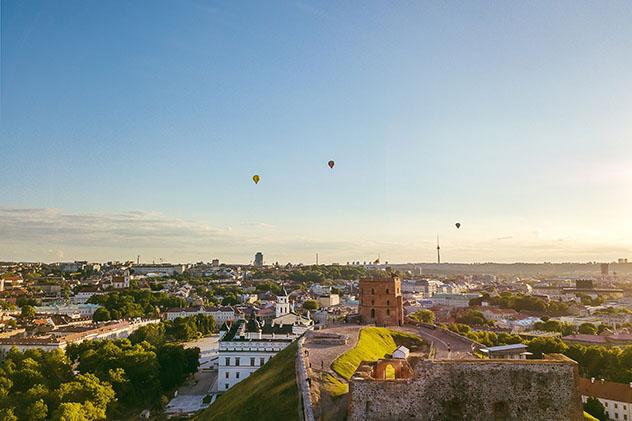 Una vista de Vilna con globos aeroestáticos en el cielo, sobre el cerro Gediminas, Lituania © A. Aleksandravicius / Shutterstock