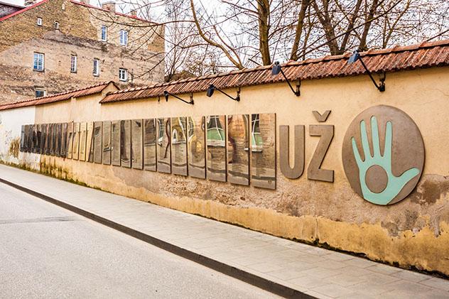 La constitución de Užupis se expone en placas relucientes, cada una de ellas en un idioma distinto, Vilna, Lituania © Anastasia Petrova / Shutterstock