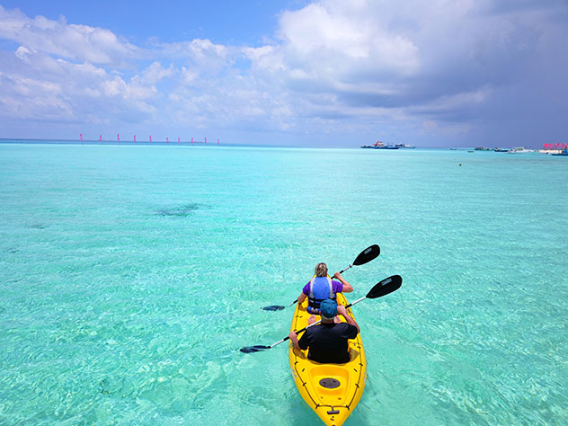 Práctica de canoa en Maldivas © ucubestudio / Shutterstock