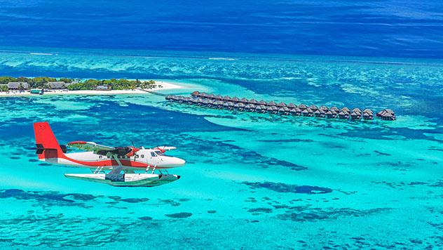 Hidroavión sobrevolando resort, Maldivas © icemanphotos / Shutterstock