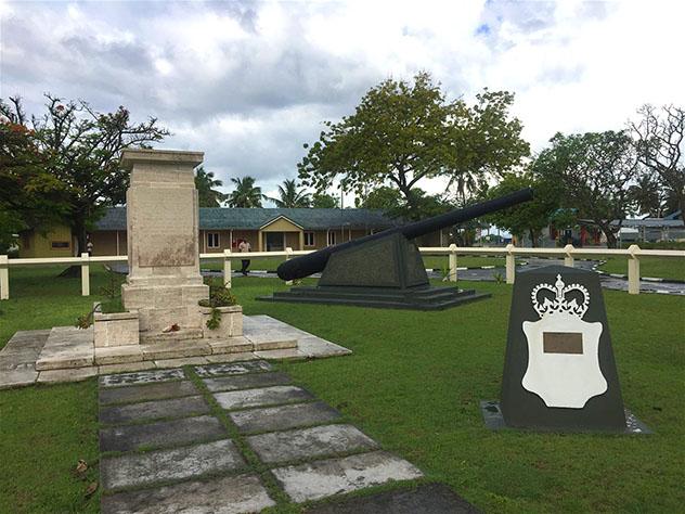 Monumentos conmemorativos de la época británica en la antigua base aérea de Gan, Maldivas © Emma Sparks / Lonely Planet