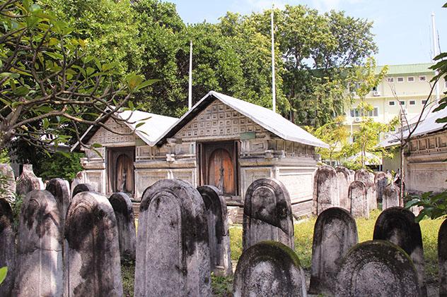 La bonita Old Friday Mosque y el cementeriode Malé, Maldivas © bumihills / Shutterstock