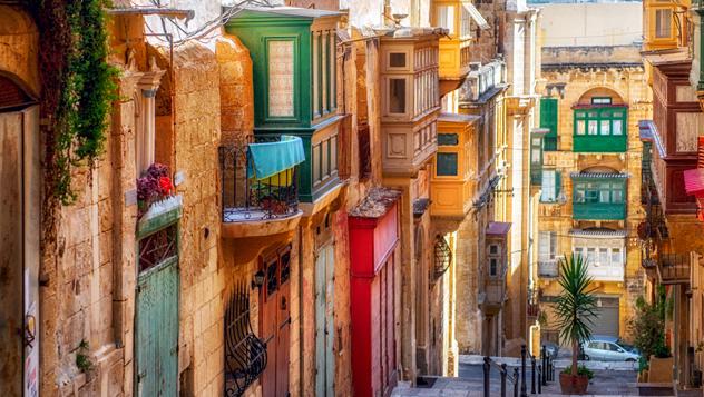 Casas señoriales maltesas, muy bien adornadas, flanquean las calles de La Valeta, Capital Europea de la Cultura en el 2018 © liseykina / iStockphoto / Getty Images