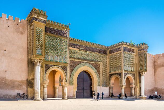 La fachada dorada de Bab el-Mansour bañada por el sol, Mequínez, Marrueco © milosk50_Shutterstock