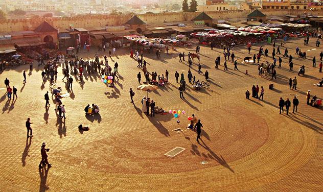 Mequínez, Marruecos: plaza El Hedim al atardecer