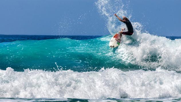 Un surfista cabalga las olas en la apacible Baja California © Javier García / Shutterstock