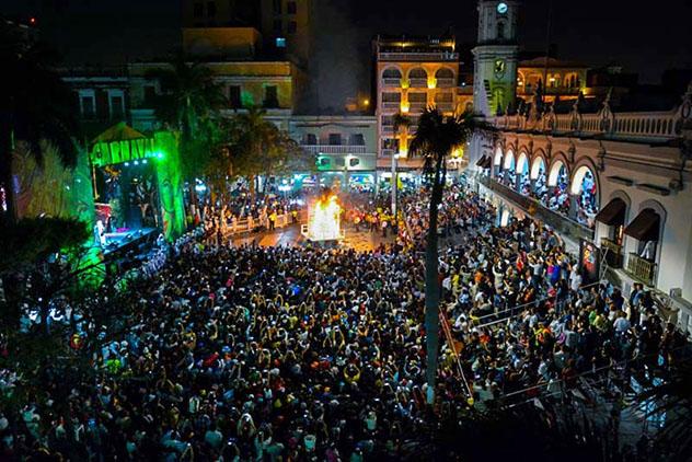 En la Quema del Mal Humor, en Veracruz, se quema un muñeco gigante, México © CanMex Photos / Flickr
