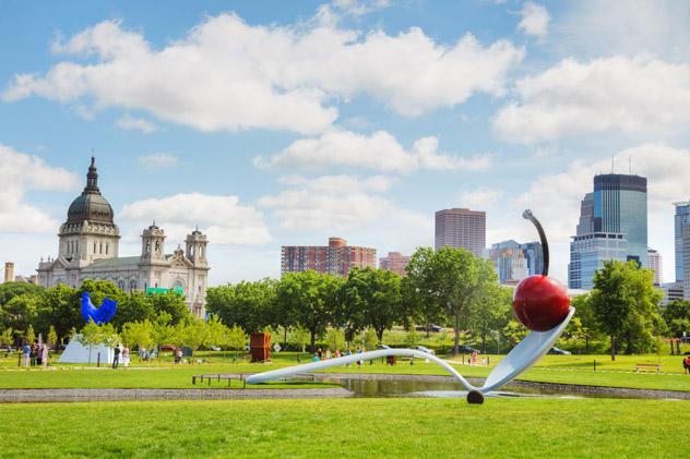 El Minneapolis Sculpture Garden alberga curiosas y maravillosas piezas, EEUU © photo.ua / Shutterstock