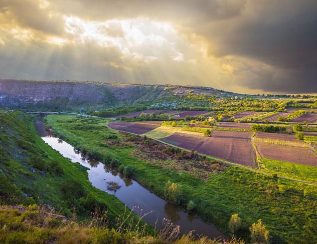 El río Răut en las inmediaciones del monasterio de Orheiul Vechi, Moldavia © Alex Mit / Shutterstock