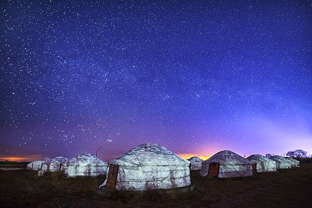 Cielo oscuro: domir bajo las estrellas en una yurta en Mongolia