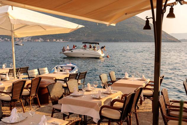 Restaurante en la bahía de Kotor, Montenegro © sashk0 / Shutterstock