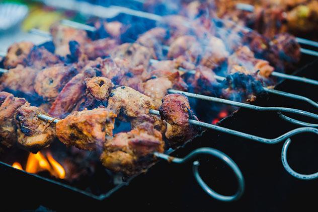 Katmandú y la gastronomía de Nepal: brochetas de pollo 'tandoori'