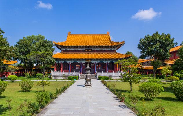 Inconfundible arquitectura china en el monasterio budista Zhong Hua, Lumbini, Nepal © Damian Pankowiec / Shutterstock
