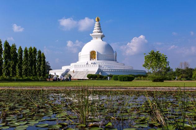 Blanca y brillante, la pagoda de la Paz Mundial fue construida por los budistas japoneses, Lumbini, Nepal © Paul Biris / Getty Images