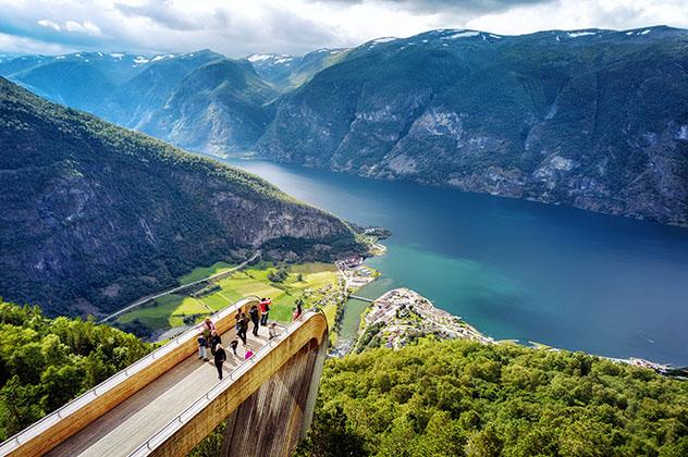 Vistas espectaculares desde el mirador de Stegastein, Aurlandsfjord, Noruega