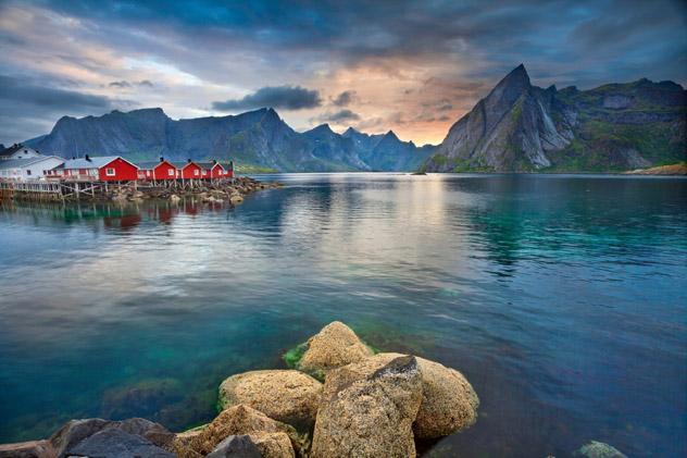 Fiordos de las islas Lofoten, Noruega © RudyBalasko / Getty Images