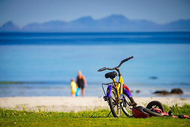 Ir en bicicleta por pequeñas playas de las islas Lofoten, Noruega