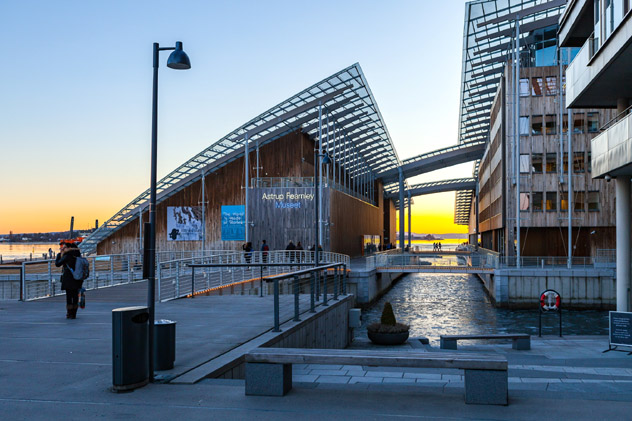 El Astrup Fearnley Museet, diseñado por Renzo Piano, en el barrio Tjuvholmen de Oslo, Noruega © yegorovnick / Shutterstock