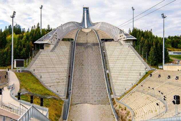 El Holmenkollen National Ski Arena de Oslo es prueba del amor noruego por el deporte, Oslo, Noruega © Anton_Ivanov / Shutterstock