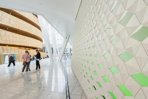 La luz natural baña el interior de la Ópera de Oslo, Noruega © HUANG Zheng / Shutterstock