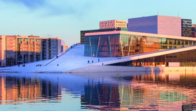 Las nítidas diagonales de la Ópera de Oslo forman parte del paisaje desde el 2017, y demuestran el gusto de la ciudad por la arquitectura innovadora © Mats Anda / Moment RF