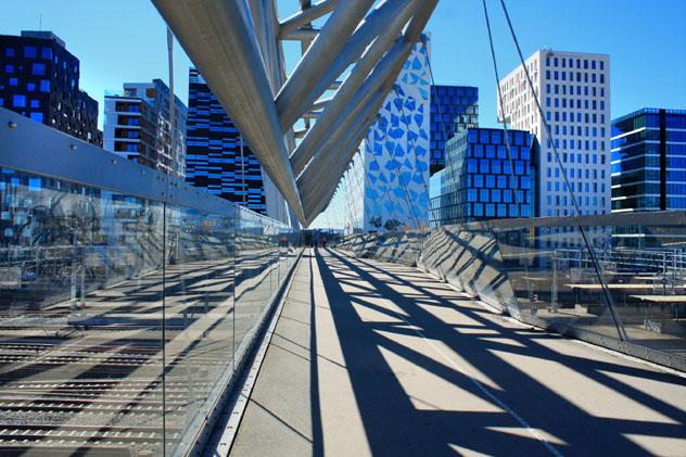El puente Akrobaten sobre las vías del tren, entre los barrios de Grønland y Bjørvika, Oslo, Noruega © miroslav110 / Shutterstock