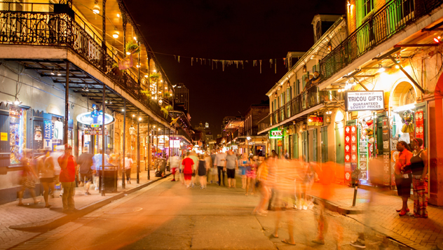 Bourbon Street, en el Barrio Francés de Nueva Orleans, EE UU © Kris Davidson / Lonely Planet