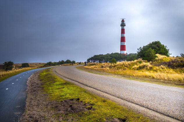 El icónico faro de Ameland es una de las imágenes más características de la isla, Frisia, Países Bajos © Jurrien Veenstra / Lonely Planet
