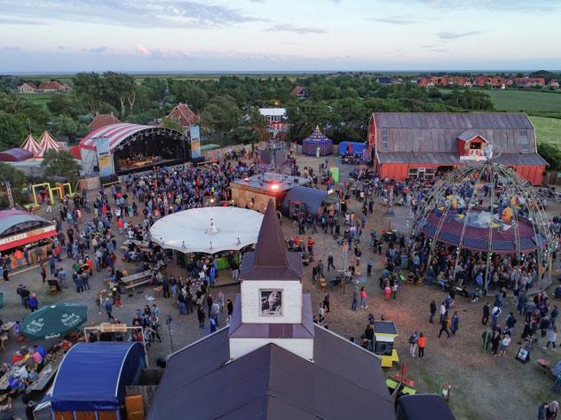 Una fiesta de la puesta del sol en Terschelling que forma parte del anual Oerol Festival, Frisia, Países Bajos © www.oreol.nl