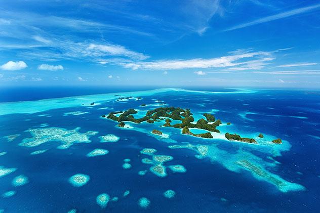 Vista aérea de islas tropicales desiertas, aguas turquesas y arrecifes de coral en Palaos, Micronesia © BlueOrange Studio / Shutterstock