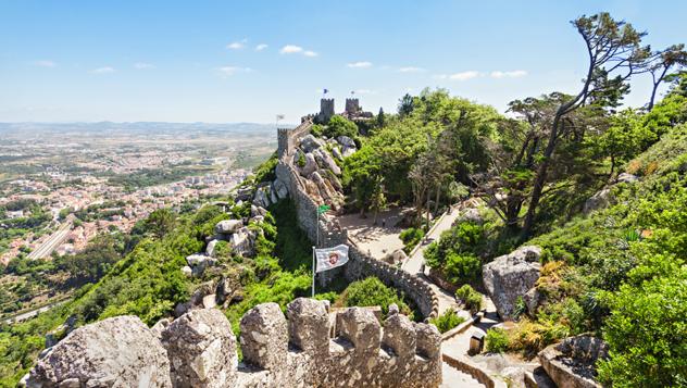 El cimero Castelo dos Mouros, en Sintra, se construyó en los ss. VIII y IX © saiko3p / Shutterstock