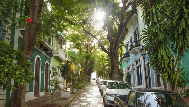 Las frondosas calles adoquinadas del Viejo San Juan colonial son deliciosas para pasear © mikolajn / iStockphoto