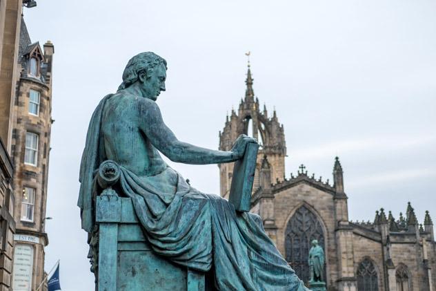 Royal Mile, Edimburgo, Escocia © Moomusician / Shutterstock