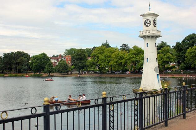 Un paseo en barca por Roath Park, Cardiff, Gales © Amy Pay / Lonely Planet