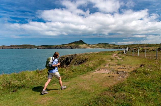 Una excursionista cerca de Whitesands Bay, al norte de St Davids, Gales, Reino Unido © Michael Roberts / Getty Images