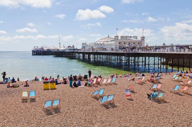 La playa y el muelle de Brighton: la clásica experiencia playera británica, Inglaterra, Reino Unido © Westend61 / Getty Images