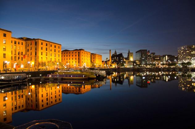 El Albert Dock de Liverpool brilla al anochecer, Inglaterra, Reino Unido © Trevor Green / 500px