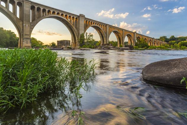 Ciclistas, paseantes y fans de la adrenalina se dan cita en el río James de Richmond, EEUU © Xavier Ascanio / Shutterstock
