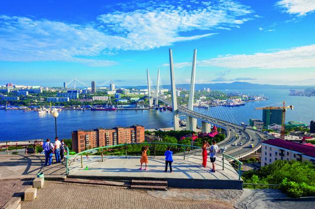 El puente Zolotoy de Vladivostok se abrió al tráfico en el 2012, Extremo oriente, Rusia © saiko3p / Shutterstock