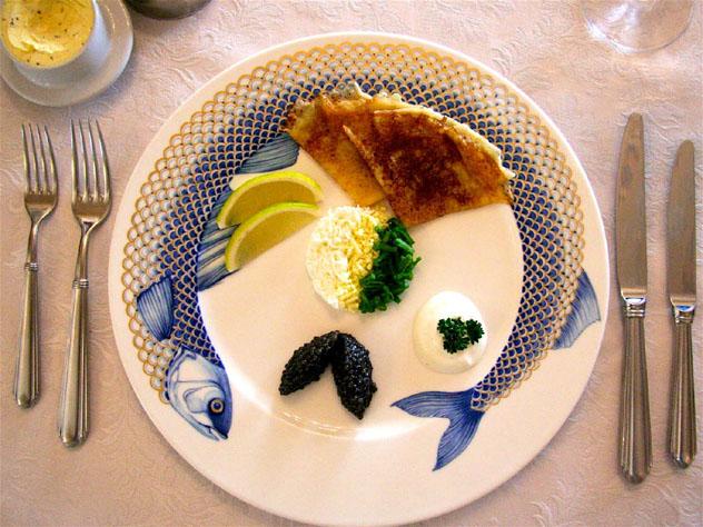 Los blinis suelen servirse con acompañamientos que incluyen variedades de caviar, Rusia © Simon Richmond / Lonely Planet