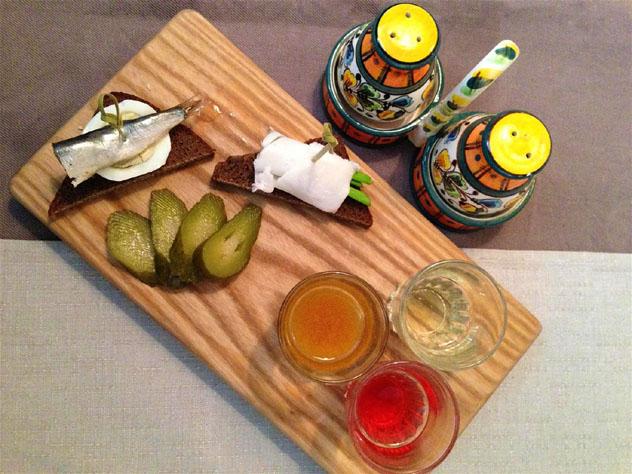 Vodka de sabores con 'zakuski' (aperitivos); es típico picar algo después de cada chupito, Rusia © Simon Richmond / Lonely Planet