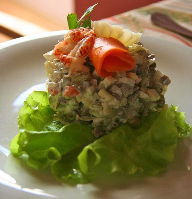 La salat Olivye (ensalada Olivier, también conocida como ensaladilla rusa) es uno de los platos más populares, Rusia© Simon Richmond / Lonely Planet